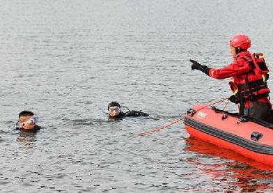 貴州安順公交車墜湖已致21人死亡16人受傷