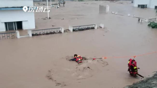 水漫廠房工人被困 消防員一個猛子扎進洪流……