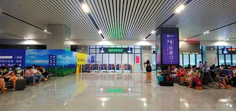 桂林火車站新候車廳投入使用 旅客按標識進站乘車