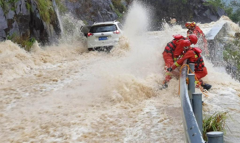 山洪暴發,金華磐安消防懸崖邊救援3小時