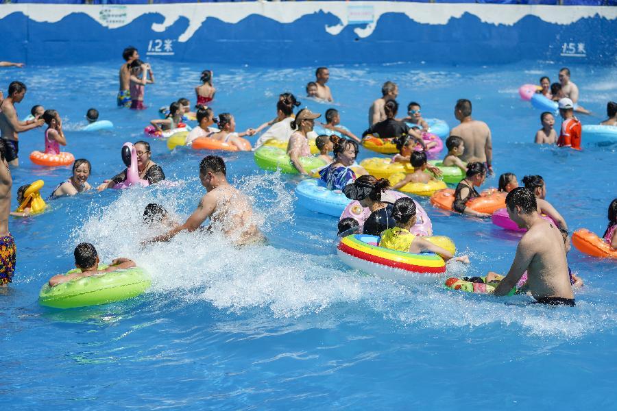 重慶:市民水中覓清涼