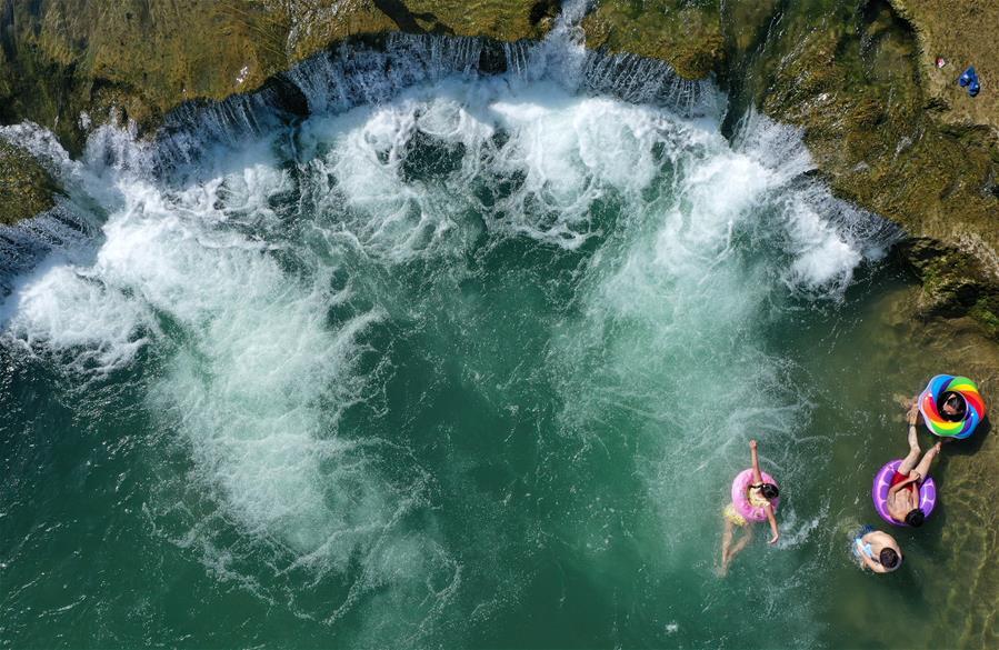 廣西柳州:響水瀑布迎客來