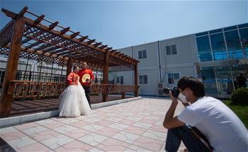 工地上的婚紗照