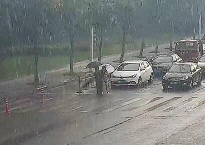 拄拐老人過斑馬線 人行道的綠燈為他亮了137秒