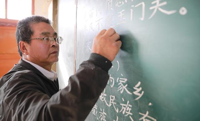【圖片故事】看不清黑板上的字,卻照亮了大山孩子的夢
