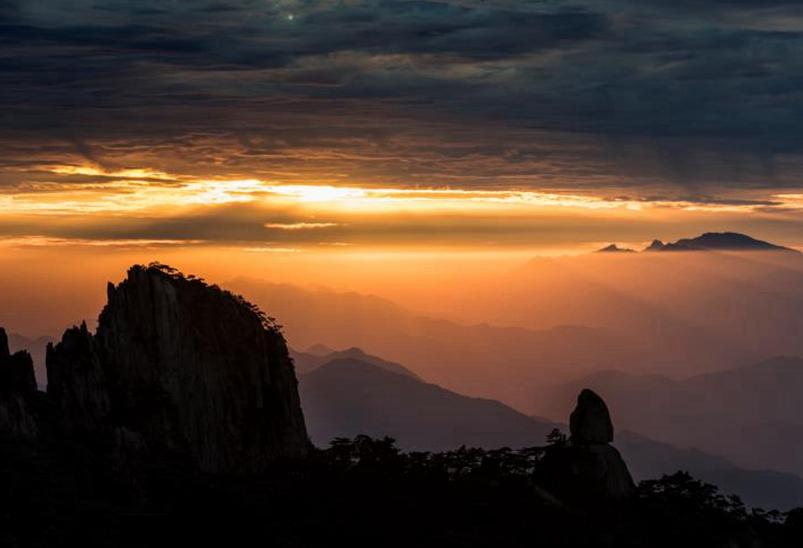 安徽黃山:秋陽弄光影