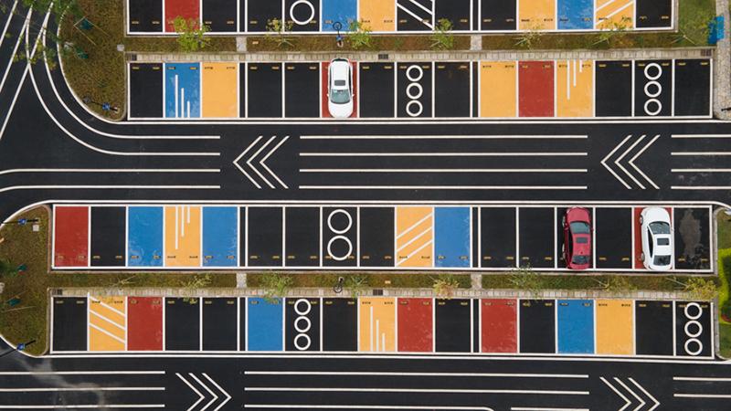 色彩斑斕!重慶首個彩色戶外停車場投入使用