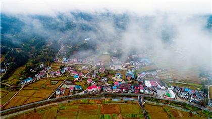 江西萬載:雨後雲霧繞 山村美如畫