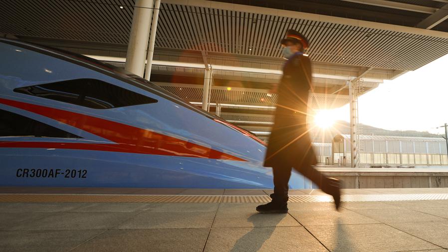 """新型""""复兴号""""动车组在西南地区正式载客运营"""