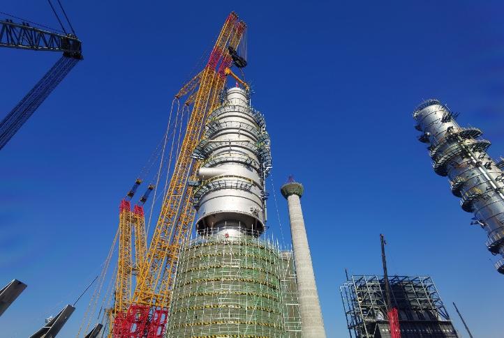 國內單套處理能力最大煉化減壓塔連雲港吊裝成功