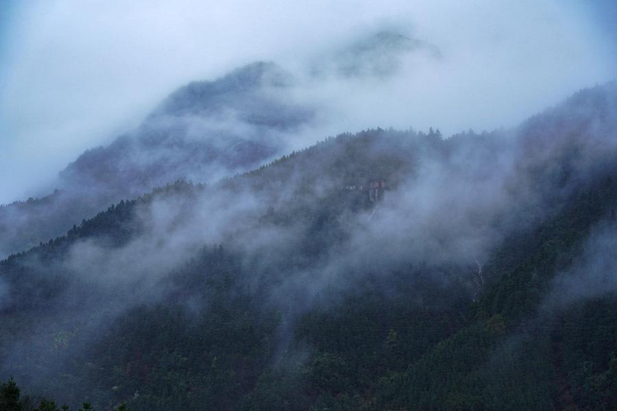 廣西天湖景區雨後雲霧繚繞如仙境