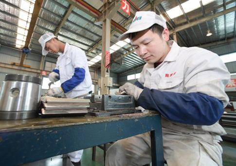 貴州丹寨:企業趕制訂單忙