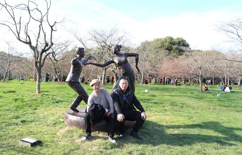 武漢櫻花季來臨 東湖櫻園設雕塑展致敬抗疫英雄
