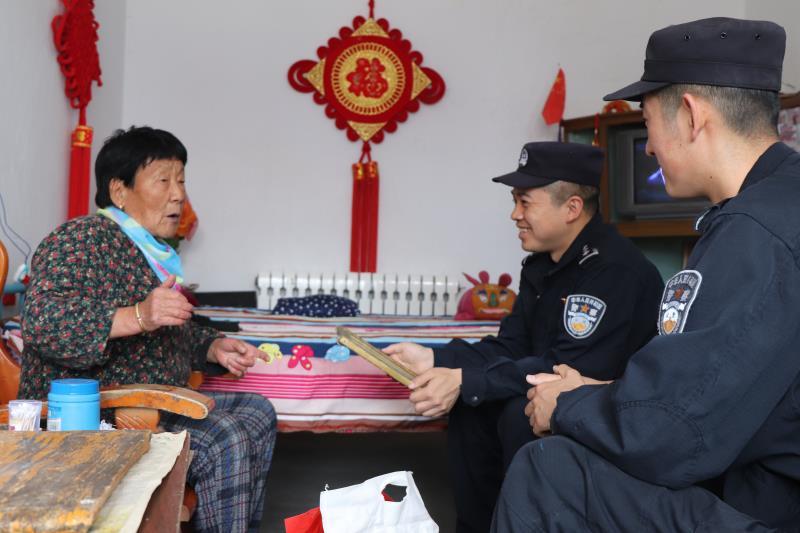 新疆哈密二紅山邊境派出所民警慰問轄區孤寡老人