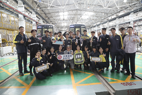 京港地鐵發布第二代員工制服 車站機器人亮相