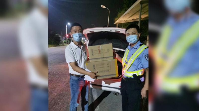 新華網連線丨暖心!莆田警民接力送酒精噴壺