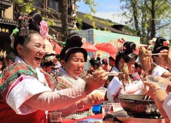貴州丹寨:豐收長桌宴 歡樂度假期