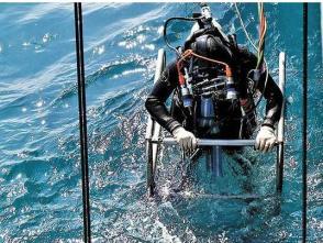 海軍防險救生官兵潛水訓練:下潛,目標深度一百二十米