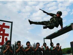 """維吾爾族群眾卡德爾一家34年堅持送別""""兵巴郎"""""""