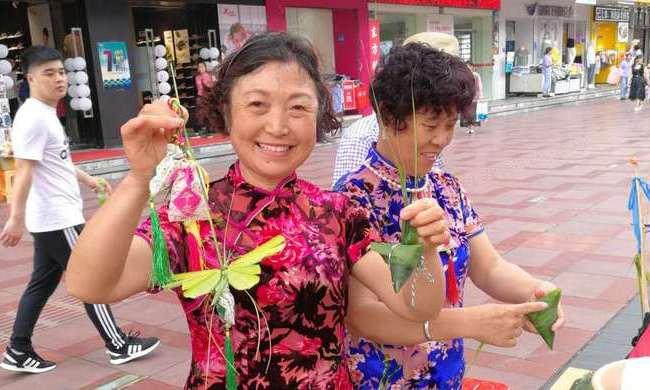 """端午節哪裏去尋找""""中國味""""?上海這條步行街上,老爺叔包粽子勝過了大媽"""