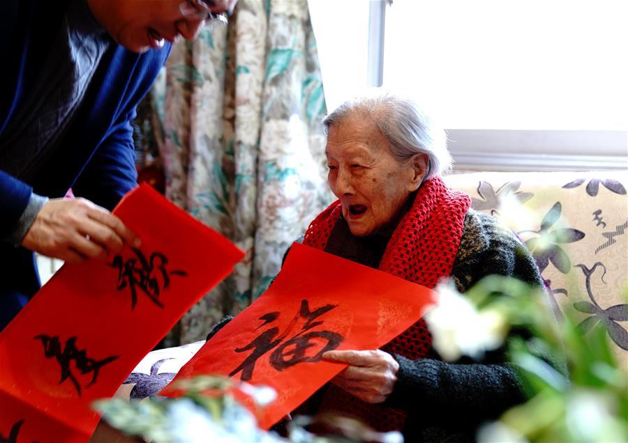上海梅隴鎮:新春祝福百歲老人