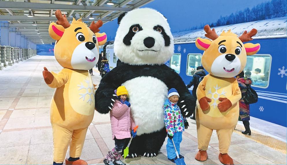 """全國首列冰雪旅遊列車 """"亞布力雪國列車""""啟航"""