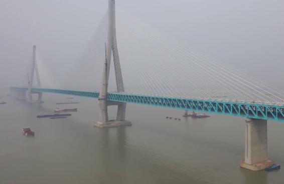通滬鐵路首部檢測列車駛過長江大橋