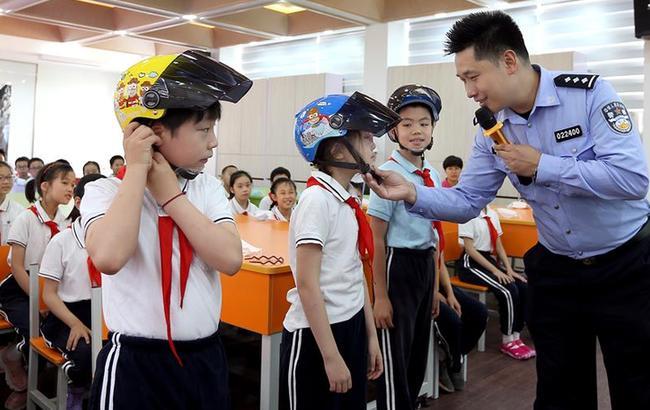 帶好頭盔 平安上學