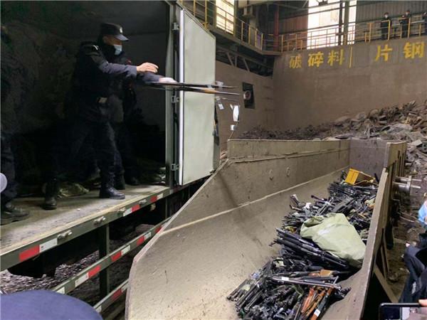黑龍江:7600余支槍支被投入煉鋼爐銷毀