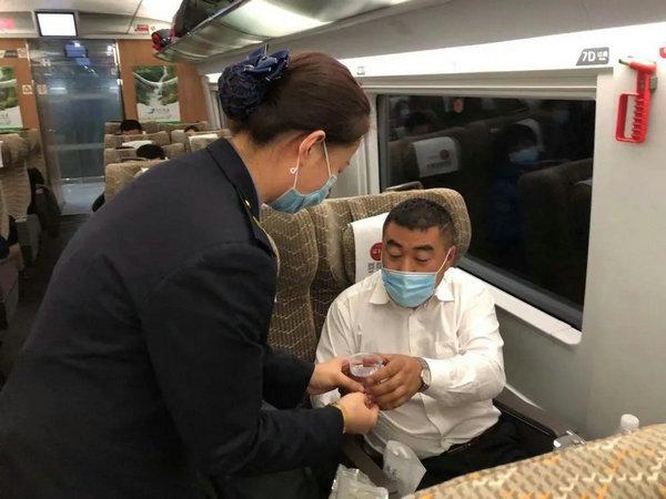 哈爾濱鐵路客運段為寒冬中的特殊旅行送去溫暖