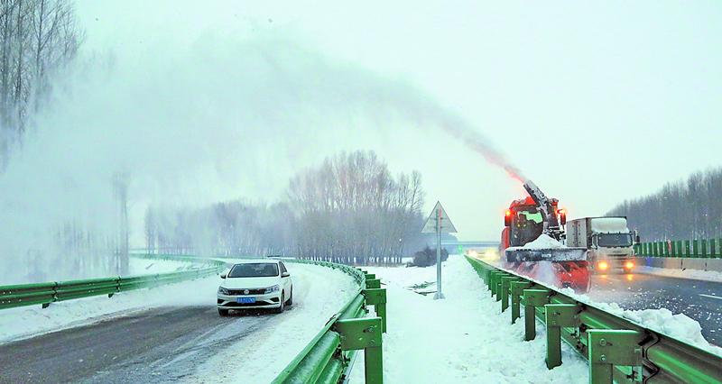 大型拋雪機上陣保障出行安全