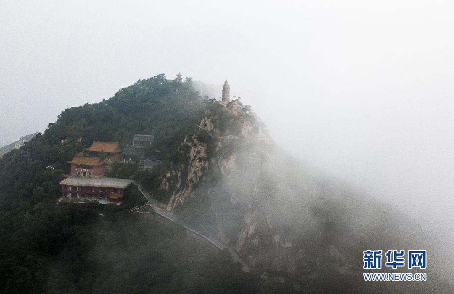 6月18日清晨,用无人机航拍,盘山主峰挂月峰云雾蒸腾。 新华网发(王广山 摄)   6月18日,在天津盘山拍摄的云雾图片。连续两次降雨过程,使盘山风景区山体湿度达到饱和,18日清晨出现大雾天气。山腰云雾弥漫,主峰挂月峰云雾蒸腾。