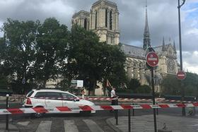 法國巴黎聖母院前廣場一男子襲警