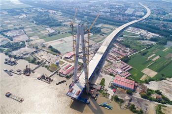 武漢青山長江大橋主跨首節鋼梁架設成功