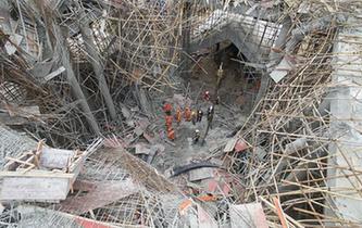 航拍湖北麻城一建築工地腳手架垮塌事故現場