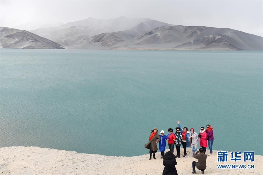 游客在新疆阿克陶县白沙湖景区游玩(10月19日摄).新华社记者 丁磊 摄