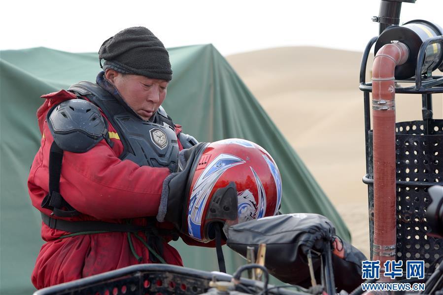 (新春走基層·圖文互動)(2)大漠中,一頂帳篷守歲五年