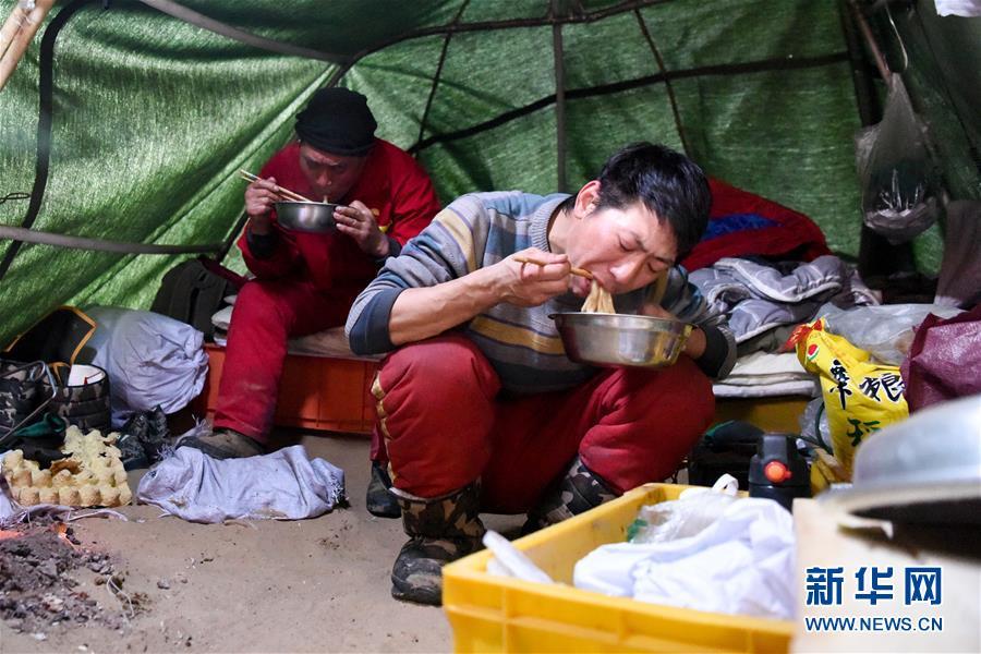 (新春走基層·圖文互動)(6)大漠中,一頂帳篷守歲五年