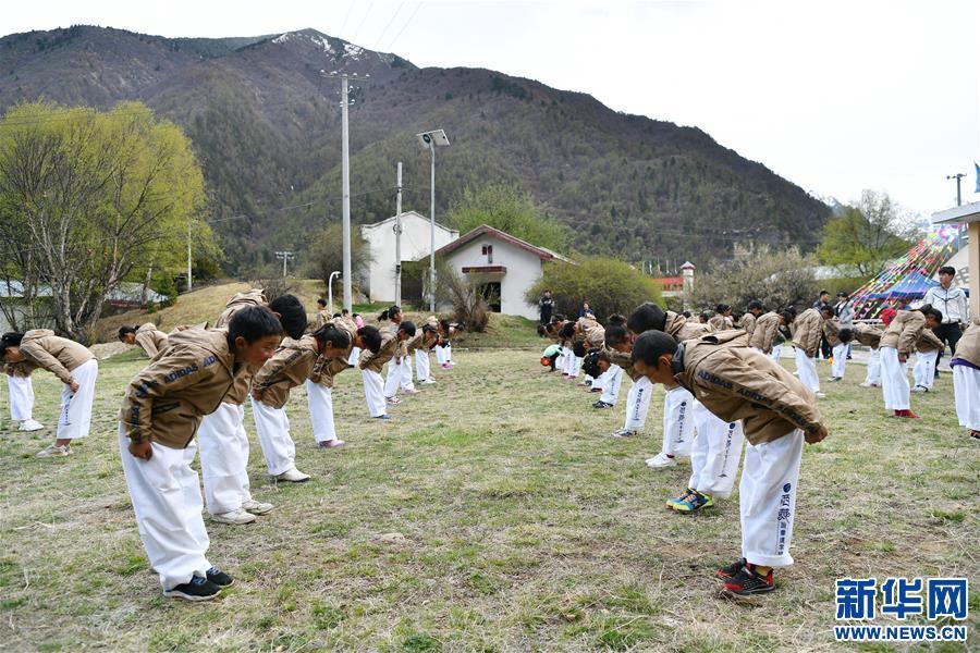 5月1日,参加训练营的学生学习跆拳道礼节。新华社记者李鑫摄(资料图)