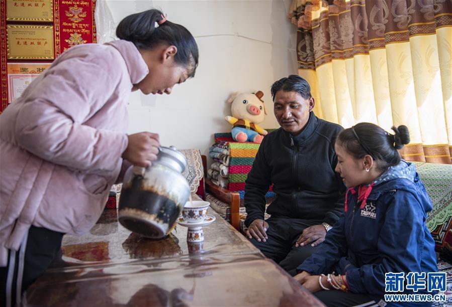 (新华全媒头条·走向我们的小康生活·图文互动)(8)扎西德勒,我们的新家园——西藏易地扶贫搬迁搬出幸福美好新生活